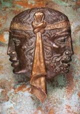 SIGILLIS OMNIBVS APOCALYPSEOS APERTIS PORTIS VBIQVE FVTVRO CLAVSIS IVSSV PROPHETAE IANVA EX AEREPATET VENIETIBVS AD NVPTIAS AGNI  Als die Siegel geheimer Offenbarung erborchen und die Türen der Zukunft geschlossen, wurde dieses eherne Tor  auf Geheiss des Propheten geöffnet für kommende Hochzeit des Lammes  PORTAE NOVAE AVCTOR TREVERENSIS FVSA VERO COLONIAE AGRIPPINAE SOLLERTIA ARTIFICIOSE ROMANA IDEA AETATIS SERAE SARAEPONTANA  In Auftrag gab mich ein Trierer Gegossen wurde ich in Köln Durch Kunsfertigkeit eines Römers Geschaffen von einem Saarbrücker  am Abend der Zeit